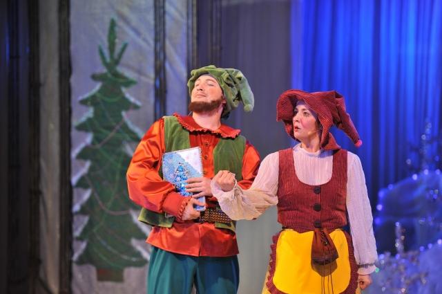 Торопыжка и Бедолажка спешат с новогодним приглашением к Деду Морозу.