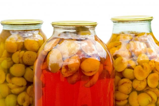 В узвар, в отличие от обычного компота, добавляют мед.