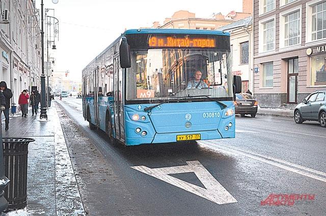 Лишь в выходные дни автобусы делят выделенки с обычными автомобилями.