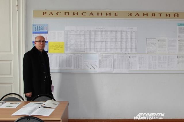 В дверь кабинета Виктора Макаренко врезали новый замок.
