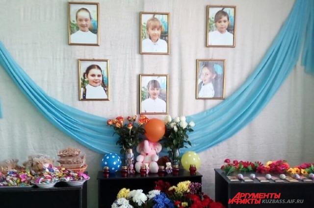 Стена памяти, на ней фотографии пятиклассниц, которые так и не вернулись из «Зимней Вишни».