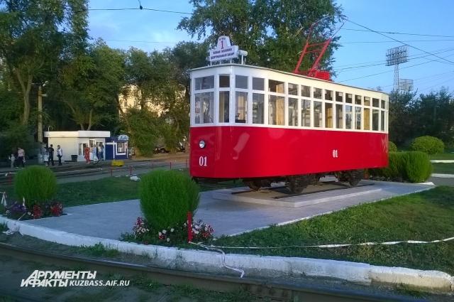 А есть памятники, созданные, совсем без авторского участия. Например, памятник трамваю в Кемерове - это просто трамвай.