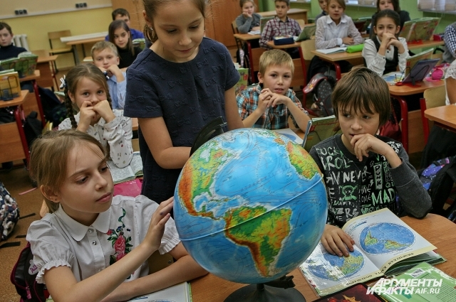 Четвероклассники изучают окружающий мир.