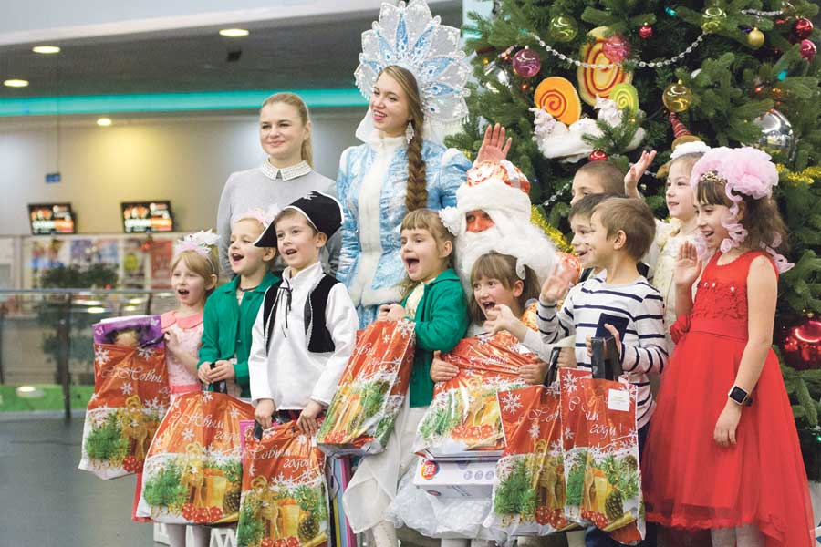 После вручения подарков радостные дети сфотографировались с Дедом Морозом и Снегурочкой.