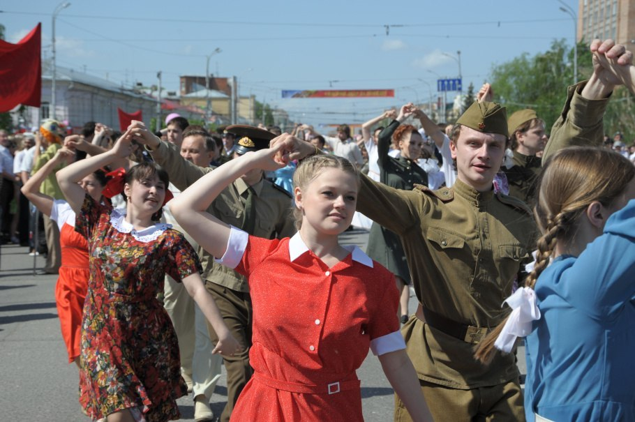 Традиционно, уже восьмой год подряд, с танцами военных лет под открытым небом выступят воспитанники Школы «Губернский бал».