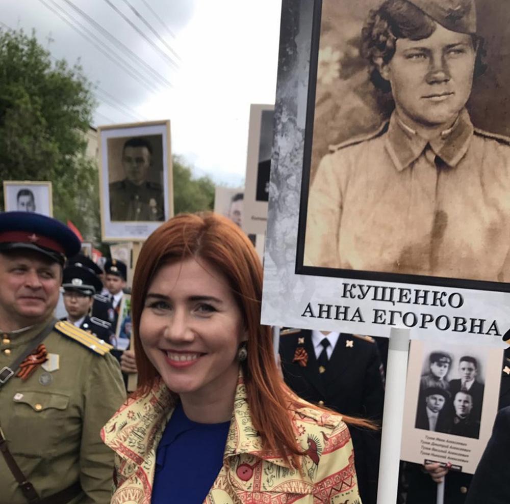 Анна Чапман с портретом своей бабушки на шествии «Бессмертного полка». Волгоград, 2017 г.