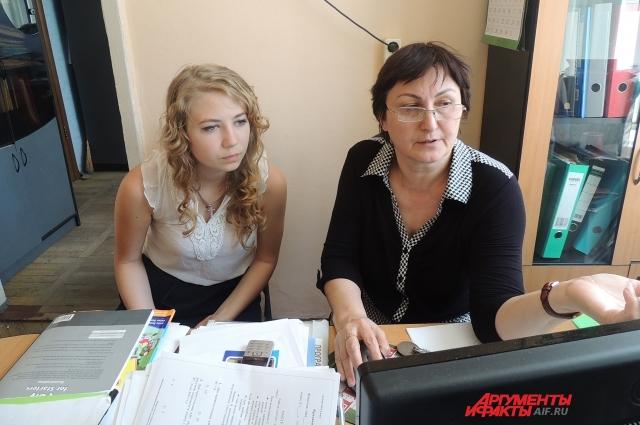 Саша с замдиректора Асиет Каряевой делает альбом Книга наших достижений