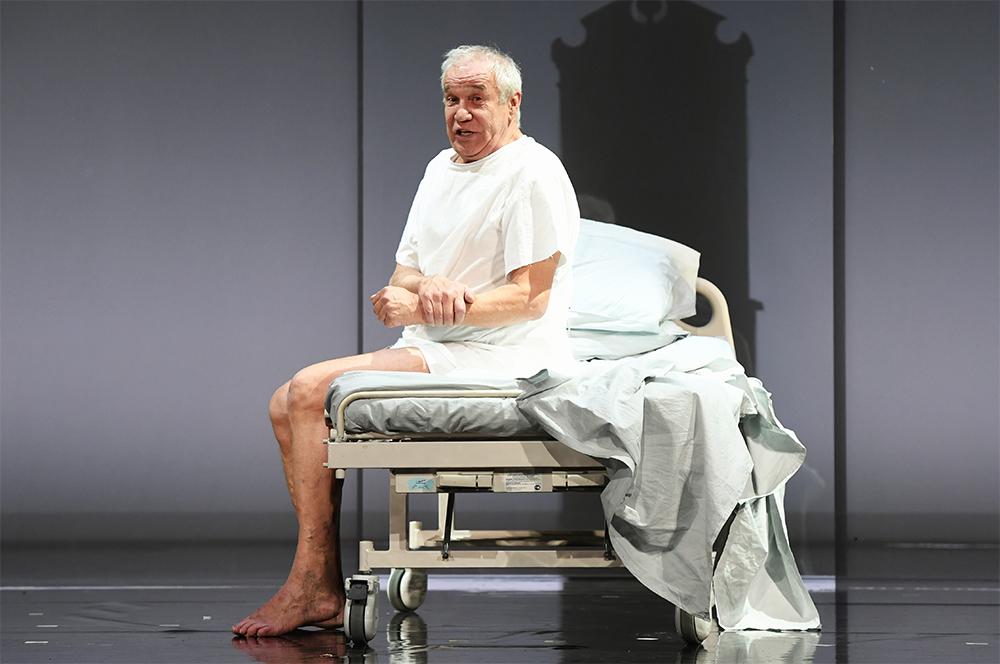 Актер Сергей Гармаш в роли Андрэ в сцене из спектакля режиссера Евгения Арье