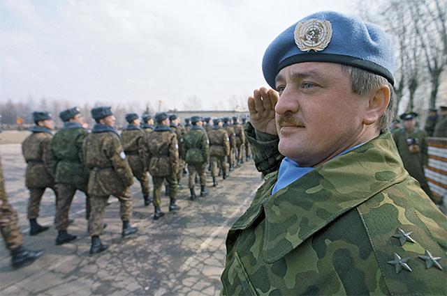 Командир первого российского пехотного батальона в составе миротворческих войск ООН в Югославии полковник ВДВ Виктор Логинов. 1992 год.