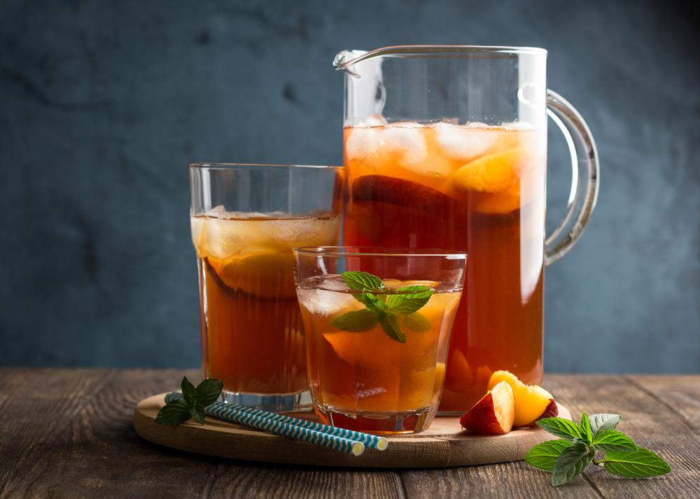 Холодный зеленый чай с персиками