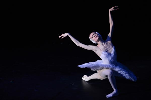 Светлана Захарова выступает в программе Па-де-де на пальцах и для пальцев в рамках Транссибирского арт-фестиваля в Государственном концертном зале имени А.М. Каца Новосибирской филармонии