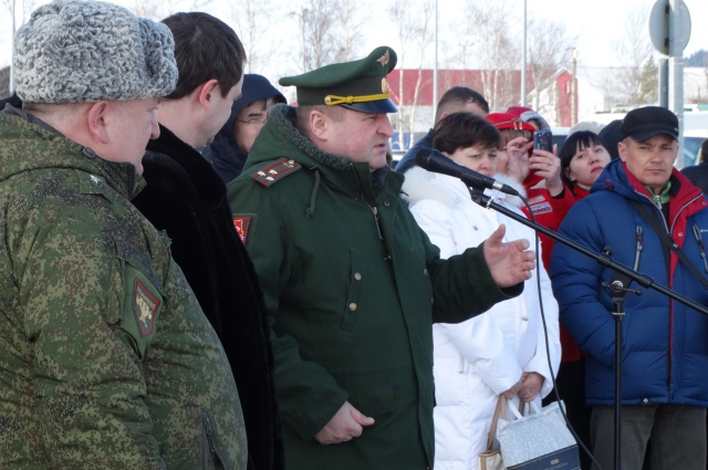 Кадетов напутствует военком Югры Юрий Буров.