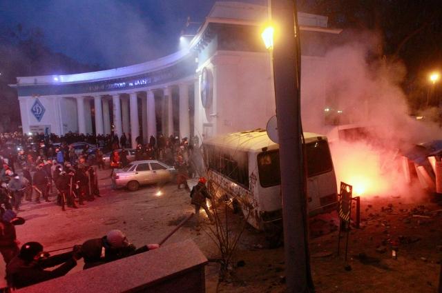 Пока официальные лидеры Майдана выступали на сцене с призывами к сугубо мирным действиям, молодёжь из ультраправых организаций штурмовала милицейские заслоны, переворачивала машины и забрасывала правоохранителей бутылками с зажигательной смесью