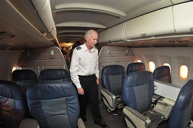 Чесли Салленбергер обходит салон того самого самолёта.