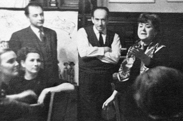 Александр Галич присутствует на домашнем вечере в доме артистов Марии Мироновой и Александра Минакера. 1968 год.