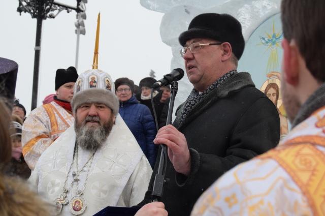 Глава митрополии и глава города поздравили собравшихся.