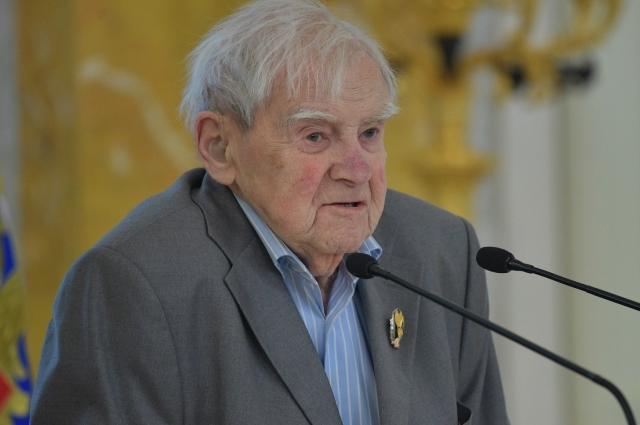Даниила Гранина похоронят на Комаровском кладбище.
