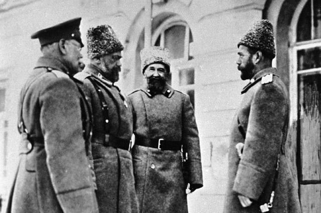 Император Николай II (справа) с генералами Михаилом Алексеевым, Алексеем Эвертом и Алексеем Поливановым (слева направо) на Западном фронте