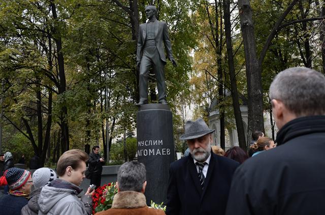 У памятника Муслиму Магомаеву в столичном Вознесенском переулке.