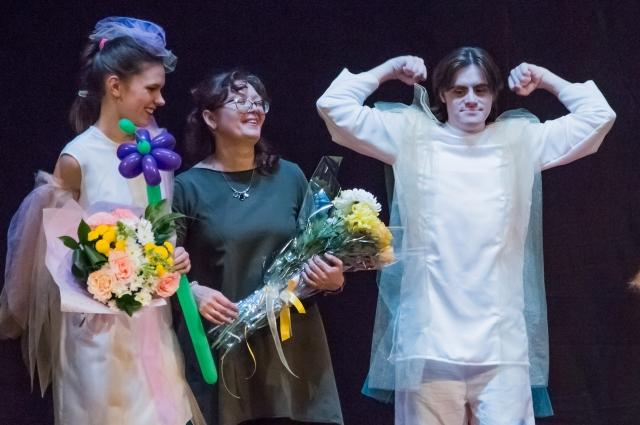 На сцене актеры выступают вместе с особенными артистами.