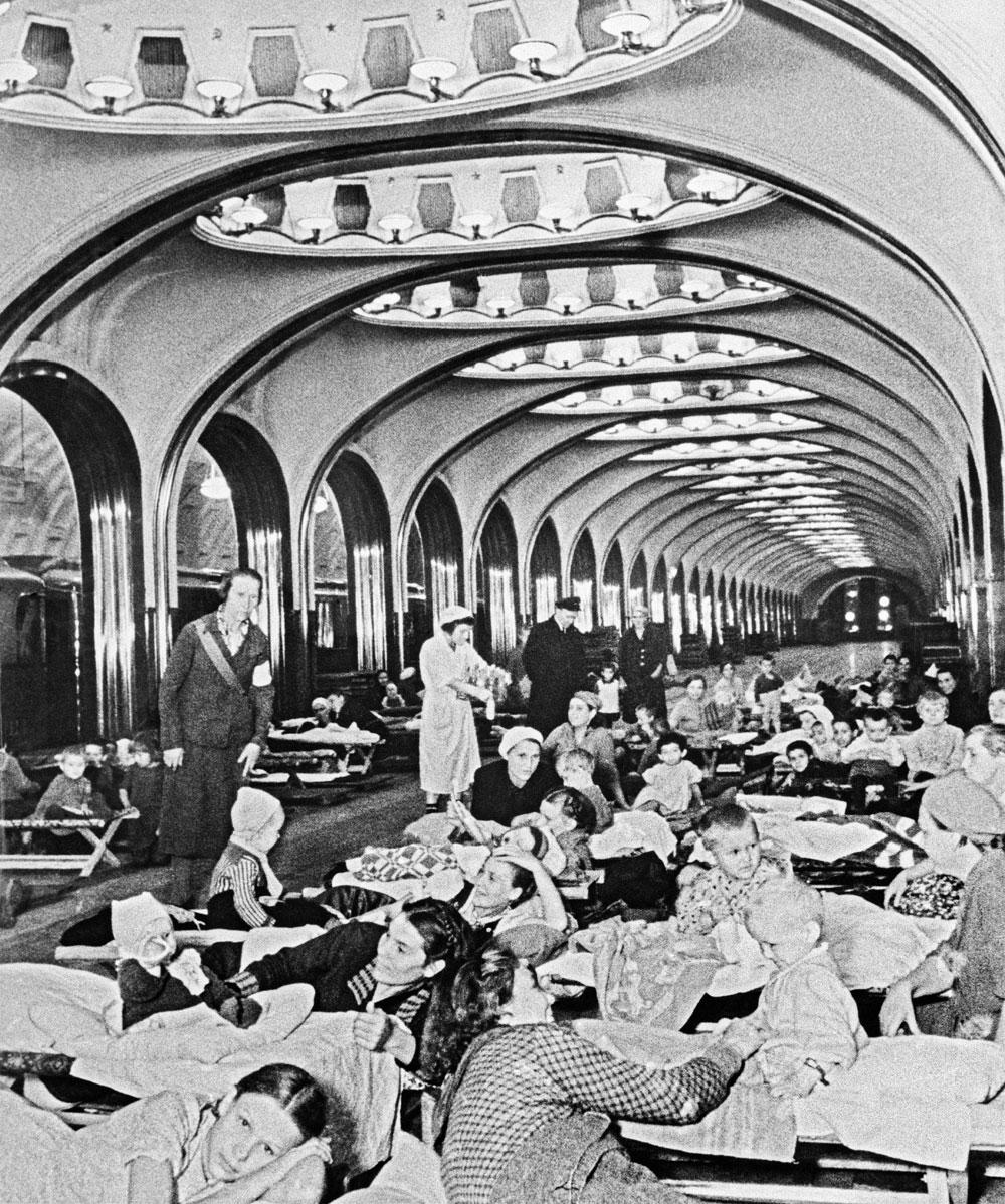 Женщины идети вовремя бомбардировки скрываются настанции метро «Маяковская». 1941г.