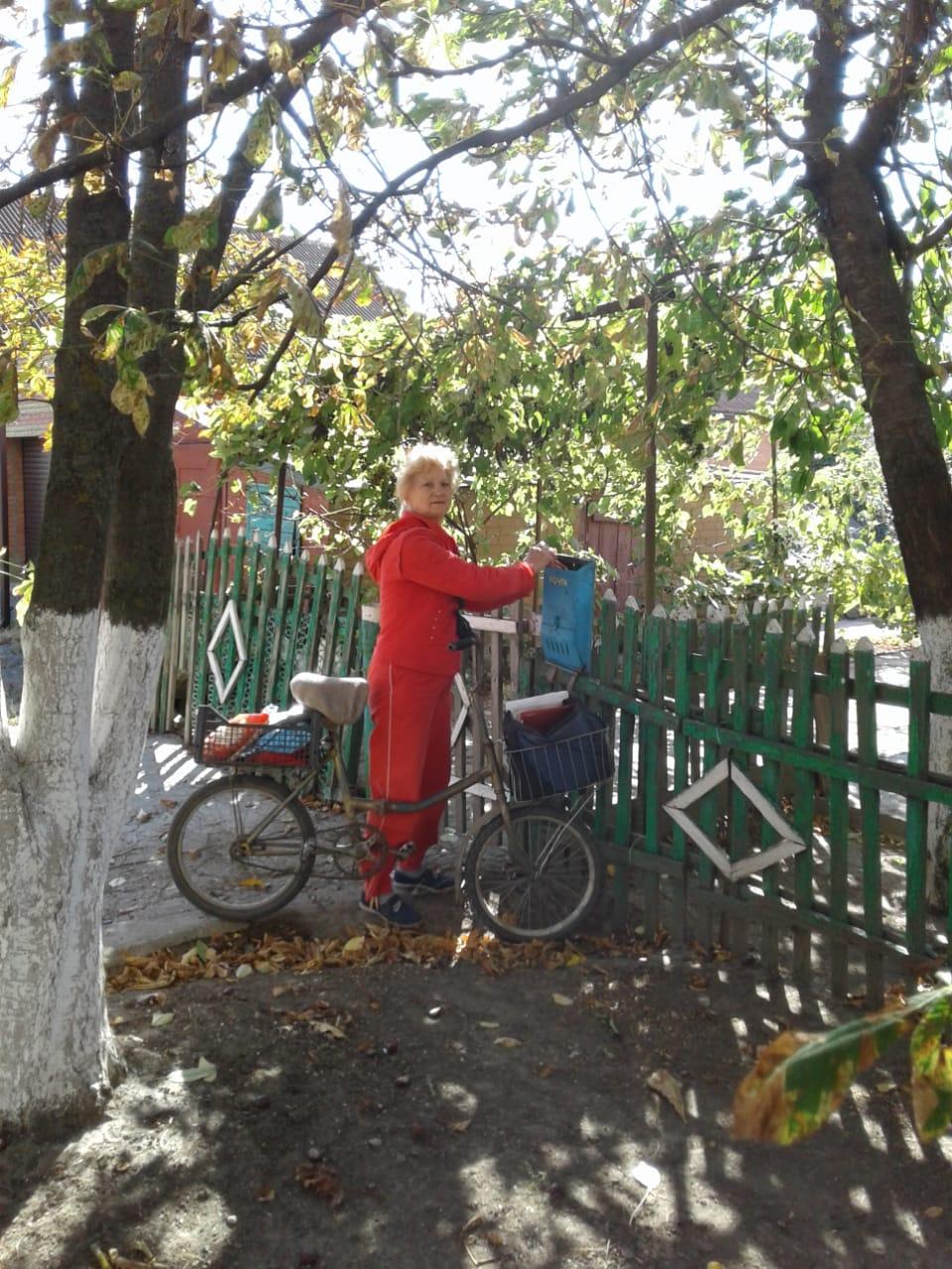Лариса Азарова: «У нас же, на селе, почтальона ждут, даже если им и строчки никто давным-давно не шлёт. Спозаранку выглядывают».