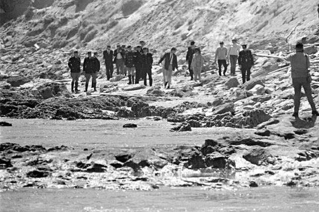 Военные прочесывают пляж Чевиотт после исчезновения Гарольда Холта.