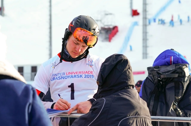 Чемпион мира раздает автографы.