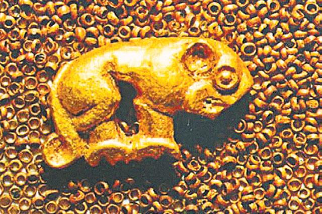 Золотая бляшка в виде фигурки животного и золотой бисер.