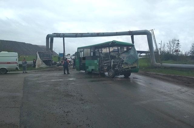 Пассажиров в автобусе в момент ДТП не было.