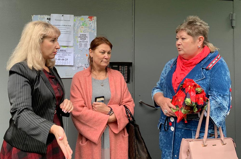 Елена Пархоменко (слева) - с жильцами дома на ул. Терешкова, 5.