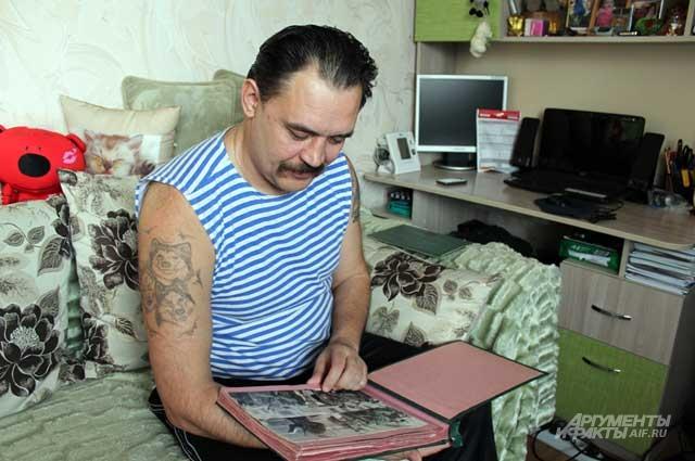 Сергей Очертяный просматривает военный альбом