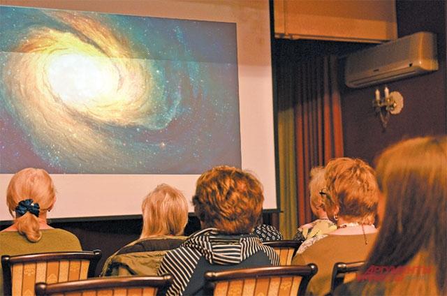 Жители пришли на показ  10-й серии научного сериала «Вселенная».