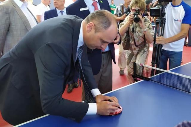 Денис Паслер оставил автограф на ракетках для настольного тенниса.