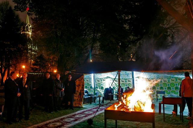 Бедуинский шатёр главы Ливии Муаммара Каддафи был установлен в Тайницком саду на территории Кремля (2008 г.).