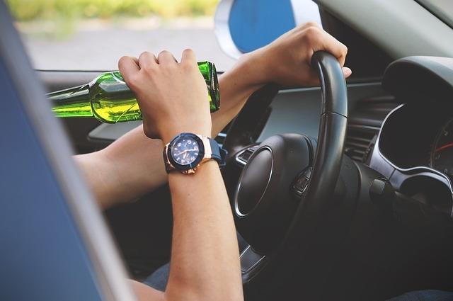 Некоторые водители умудряются пить даже за рулём.