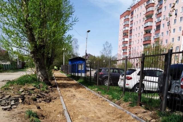 Около пермских дворов прокладывают новые тротуары.