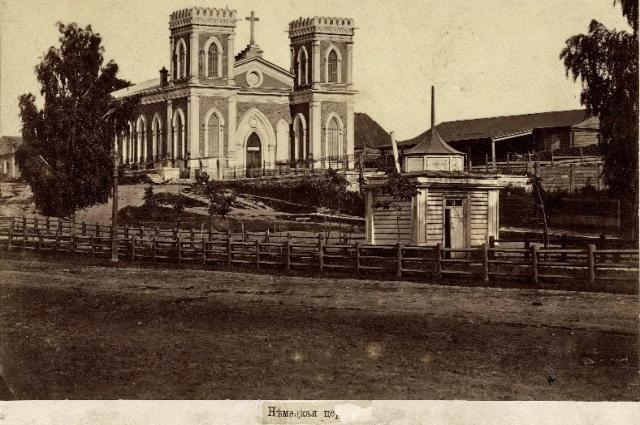 Лютеранская церковь и церковное клабдище в Екатеринбурге, вид с Главного проспекта (ныне ул. Ленина).
