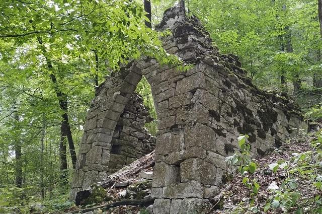 В окрестностях села сохранились средневековые строения.