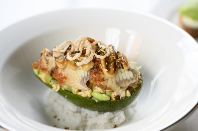 Салат с угрём и авокадо