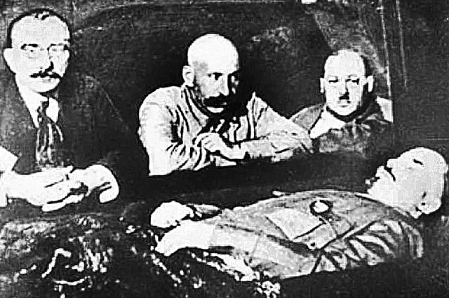 Владимир Воробьёв (крайний слева) с помощниками у забальзамиро- ванного тела вождя мирового пролетариата, 1920-е гг.