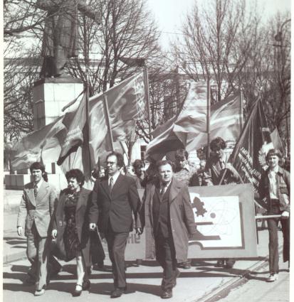Шествие коллектива КГУ во главе с ректором В.В. Коминым на демонстрации