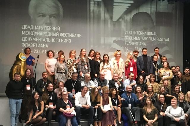 Традиционное фото на память. Члены жюри и участники «Флаэртианы-2021».