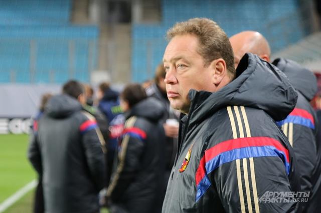 Леонид Слуцкий редко покидал своё место на скамейке ЦСКА, но его отрывистые фразы постоянно эхом разносились по пустому стадиону