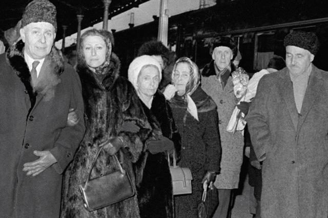 Писатель Луи Арагон, балерина Майя Плисецкая, писательница Эльза Триоле и писатель Константин Симонов на Белорусском вокзале.