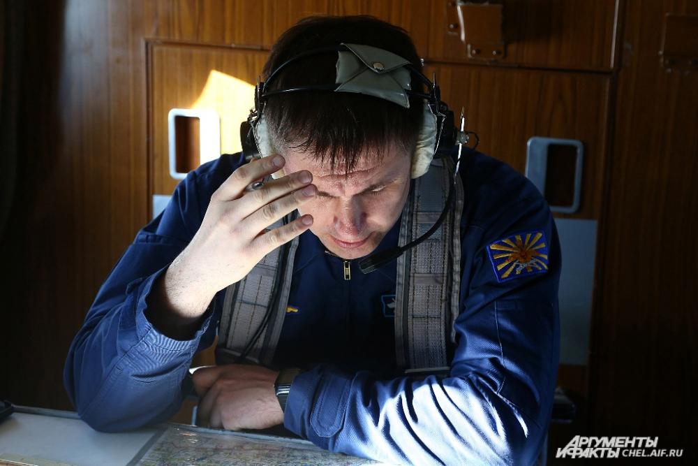 старший штурман инструкторской группы следит за работой каждого курсанта.