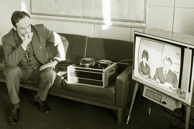 Главный режиссер отдела дикторов Центрального телевидения Игорь Кириллов следит за работой подопечных. 1973 год