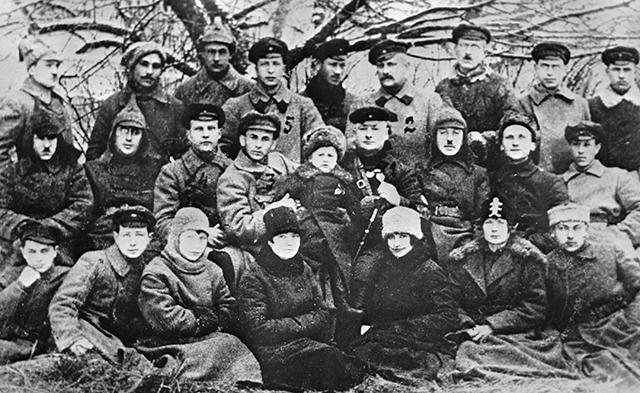 Группа котовцев кавалеристов. В центре - Г. И. Котовский.