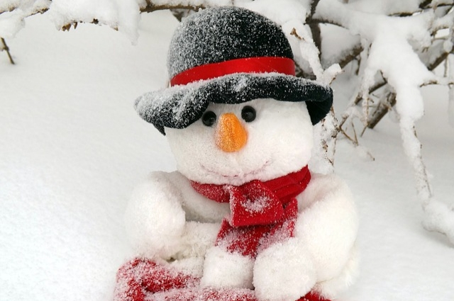 Лепить снеговиков настоящее удовольствие для детей и взрослых.