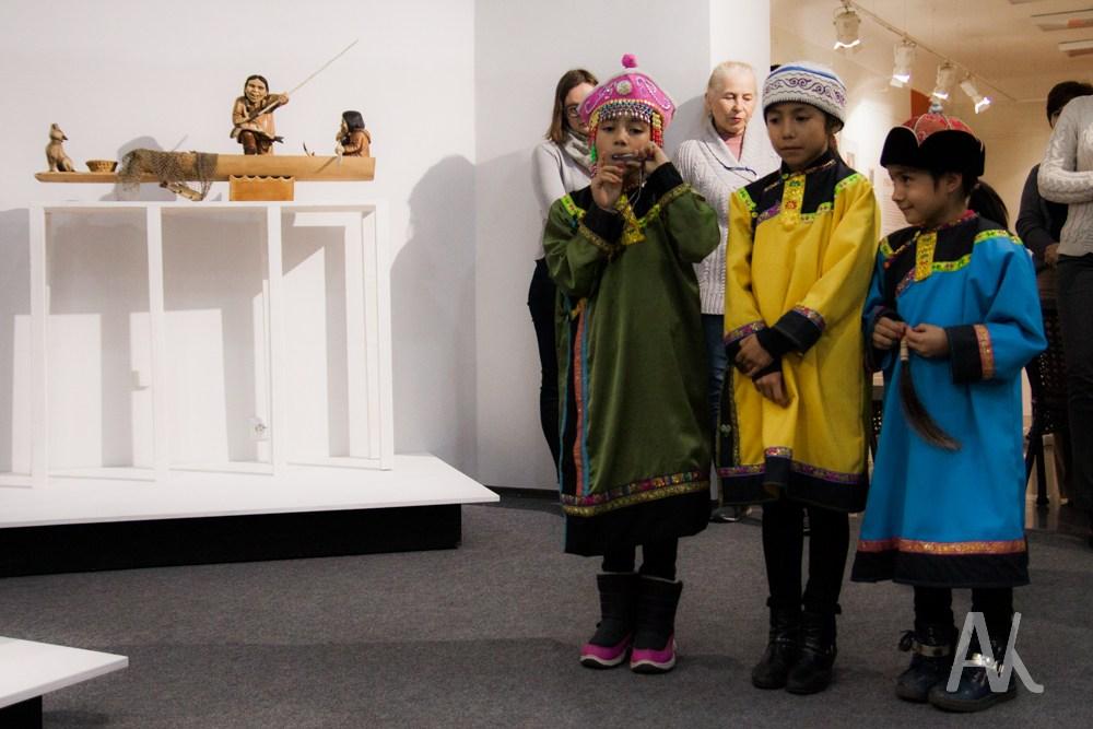 Этнический детский ансамбль исполнил старинную песню.